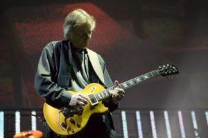 snowy-white-roger-waters-guitarist-wall-2010-tour
